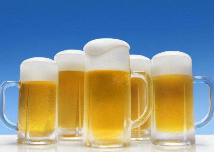 Подаем пиво холодным в большом бокале