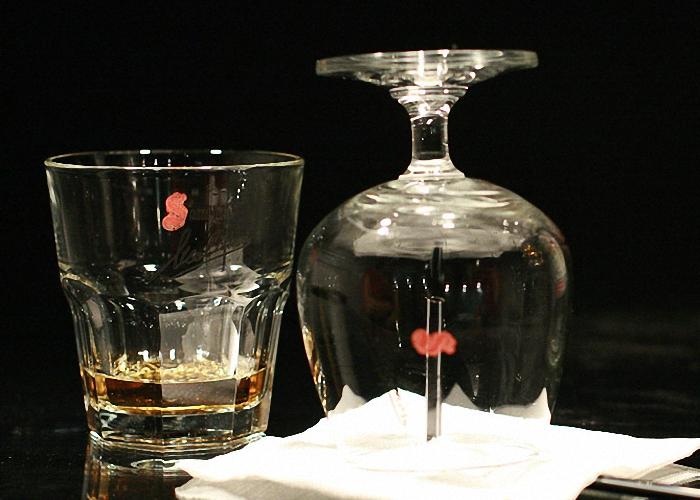 Потушить самбуку и сразу выпить