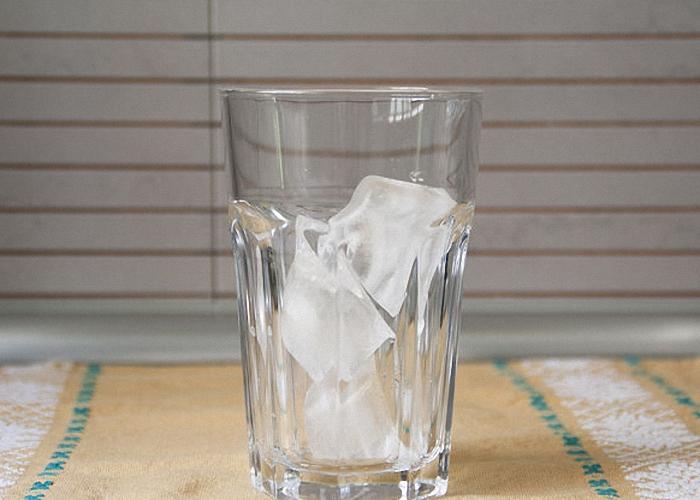 В стакан среднего размера нужно насыпать лед