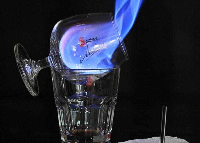 Зажечь самбуку спичками или зажигалкой