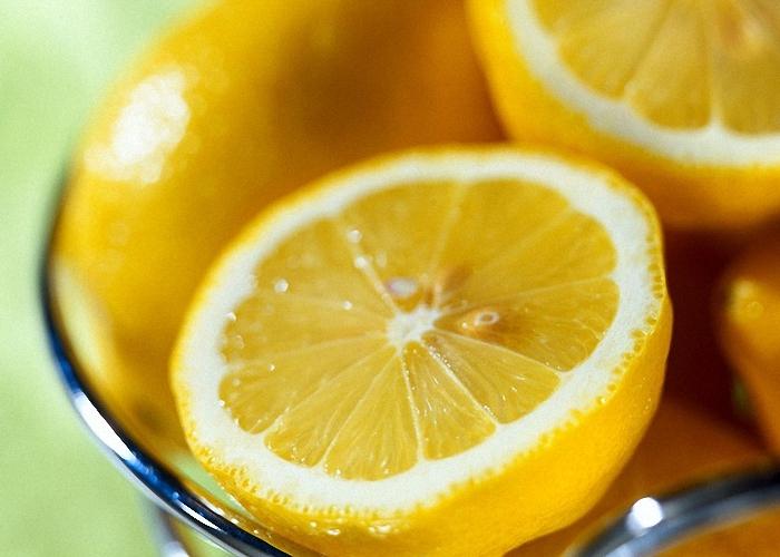 Добавить в чай сок свежего лимона
