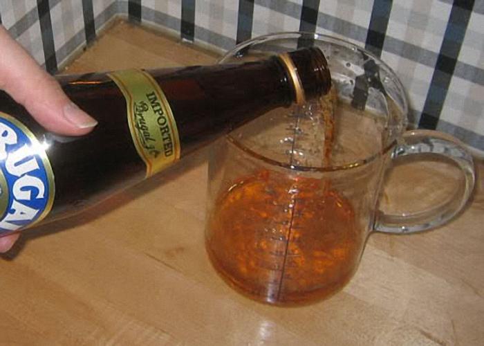 Добавить в мед ром вино или коньяк