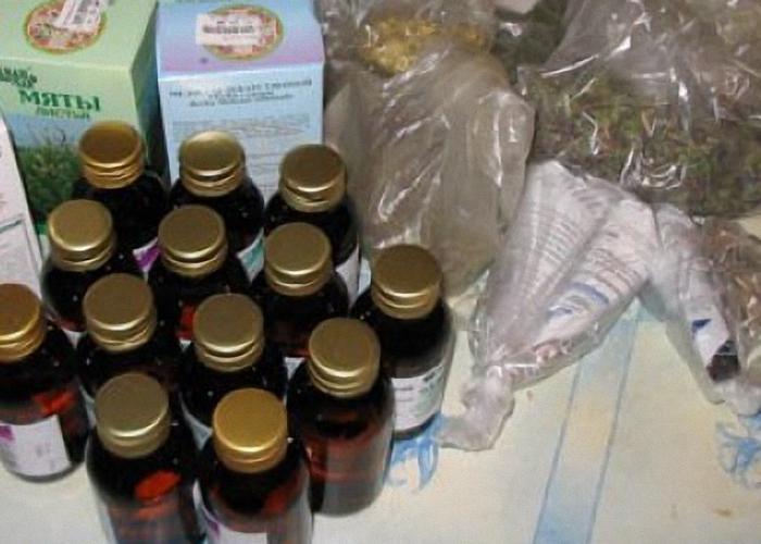 Набор трав и спирт для приготовления абсента