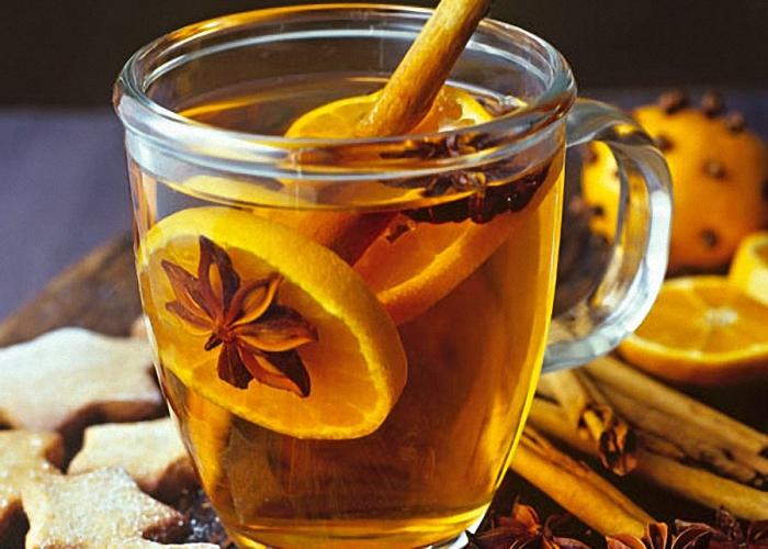 Налить в стакан ром чай и добавить пряности