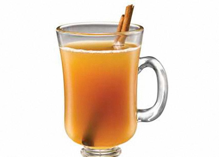 Пить домашний сидр из яблочного сока охлажденным