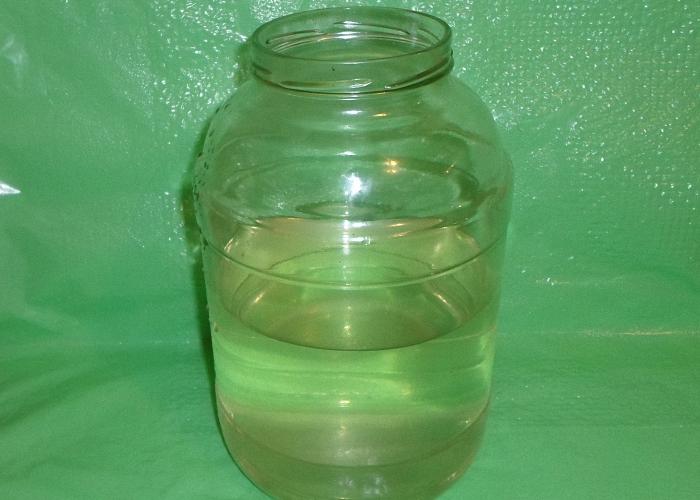 После дистилляции и разбавления самогон разлить в бутылки и банки