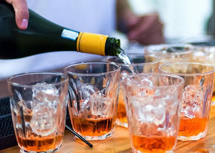В стакан со льдом налить шампанское и апероль