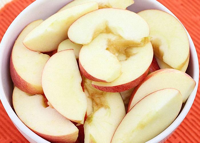 Яблоки нарезать и выжать сок
