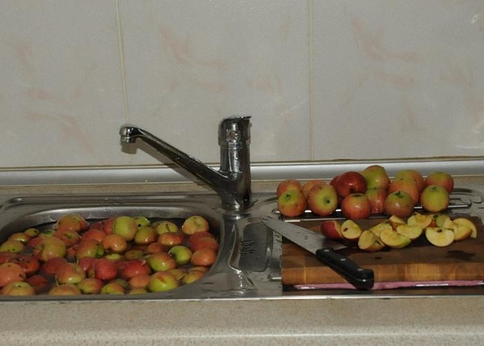 Яблоки перебрать помыть и почистить