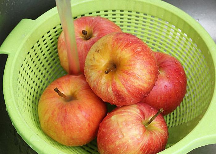 Яблоки помыть от лишней грязи