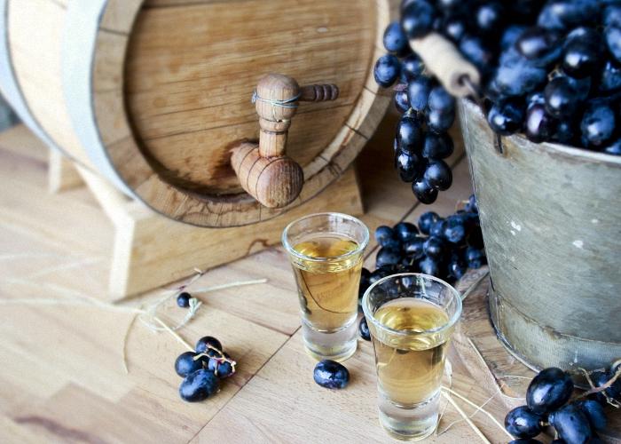 Готовую виноградную чачу пить охлажденной или со льдом