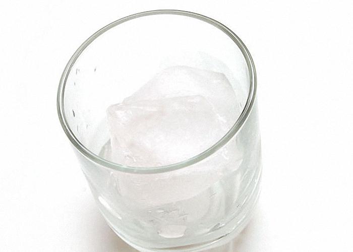 На дно бокала положить лед