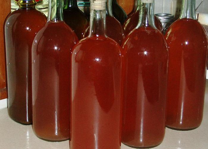 Разлить клубничное вино по бутылкам