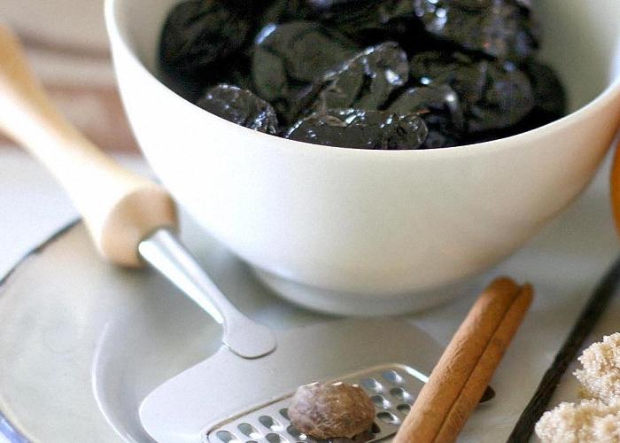 Добавить чернослив гвоздику сахар и ваниль