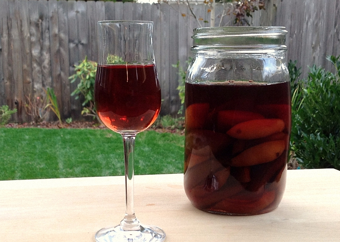 Домашнее сливовое вино с корицей