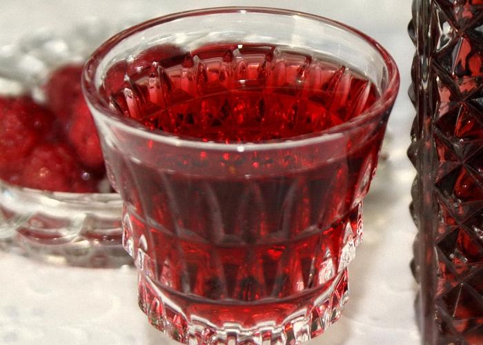 Домашнее вино из ежевики с изюмом