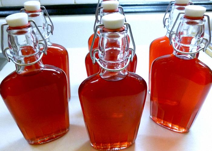 Домашнее вино из красной смородины перелить в бутылки
