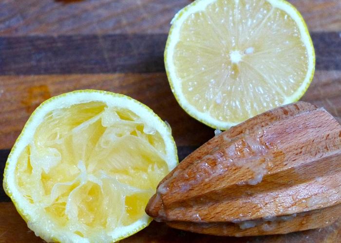 Из лимона выжать сок