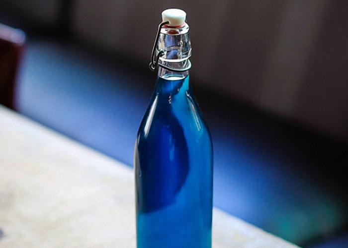 Ликер Блю Кюрасао процедить и перелить в бутылки
