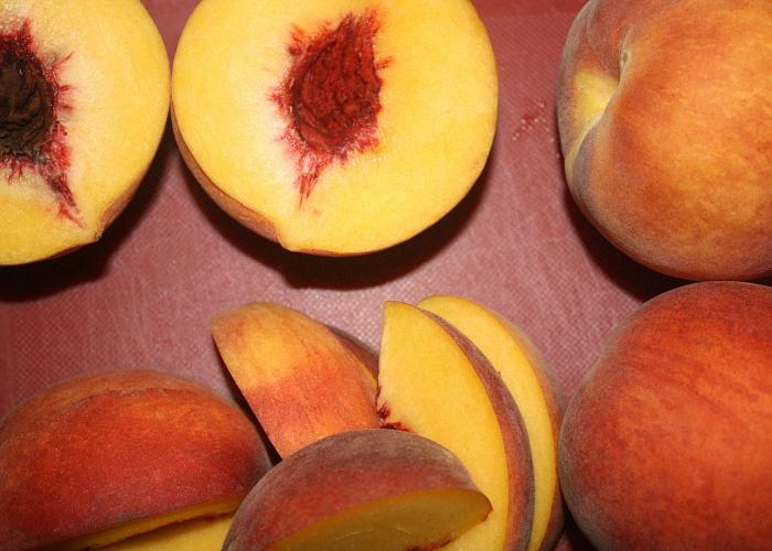 Персики нарезать дольками