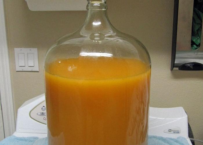 Сок из абрикового пюре поставить для брожения