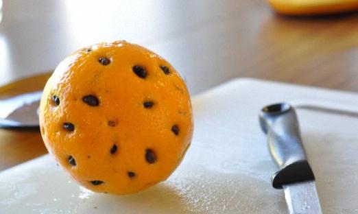 Апельсин прокалываем тонкой спицей и вставляем 44 кофейных зернышка