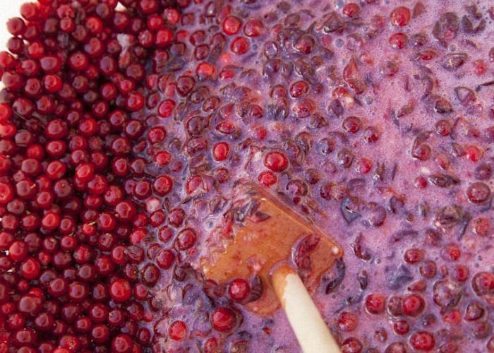 Добавить в ягодную смесь немного воды