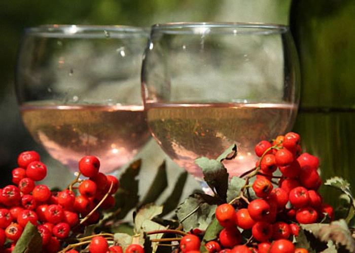 Готовое вино из рябины процедить и пить охлажденным