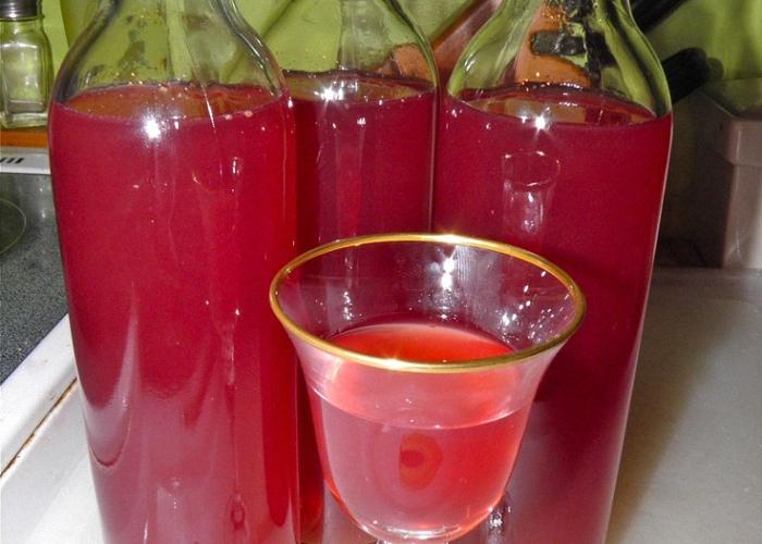 Гранатовое вино перелить в бутылки и поставить для созревания
