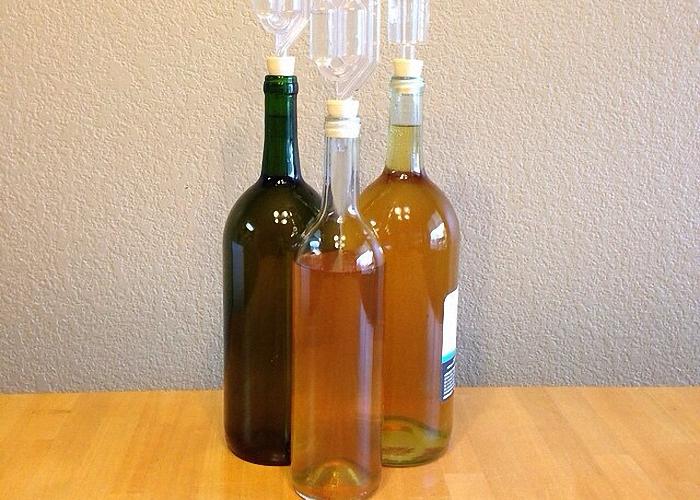 Коньяк из изюма процедить и перелить в бутылки
