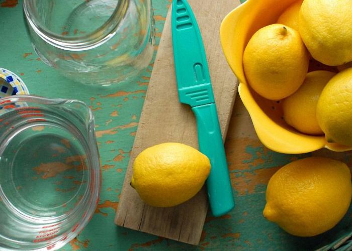 Лимоны помыть и снять ножом цедру