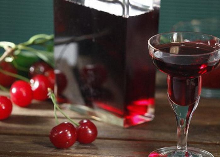 Настойка водка с вишней