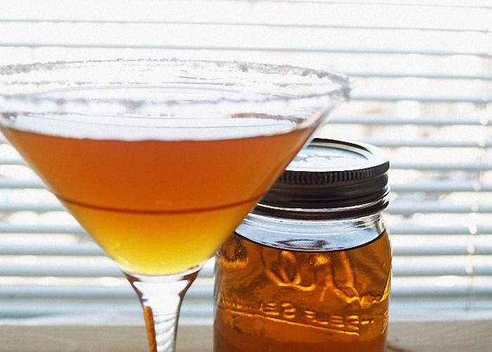 Настойку самогона на изюме процедить и перелить в бутылки