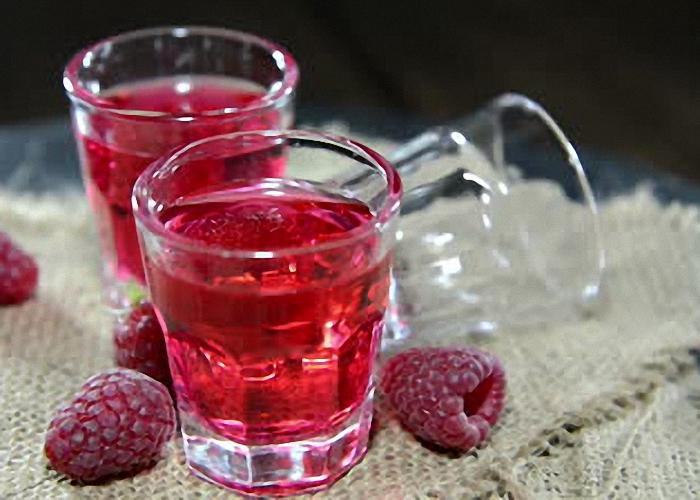 Вино из ягод малины с изюмом