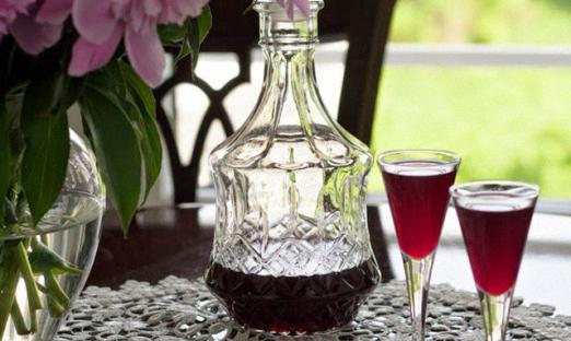 Вишневое вино с добавлением лимонной кислоты и корицы