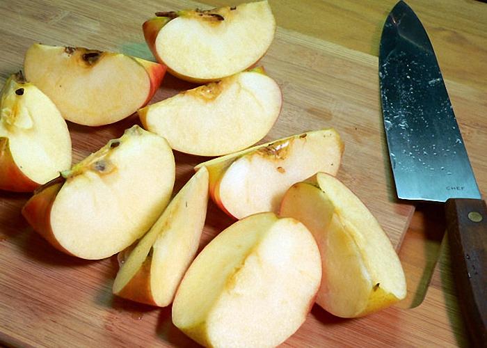 Яблоки нарезать мелкими кусочками