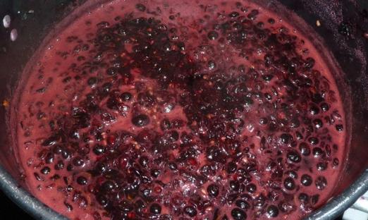 Ягоды винограда снимаем с грозди и разминаем