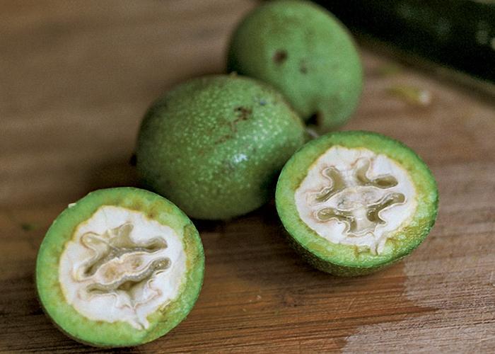Зеленые орехи молочной зрелости промыть и почистить