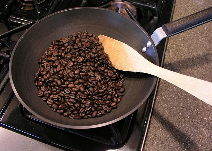 Кофейные зерна обжарить