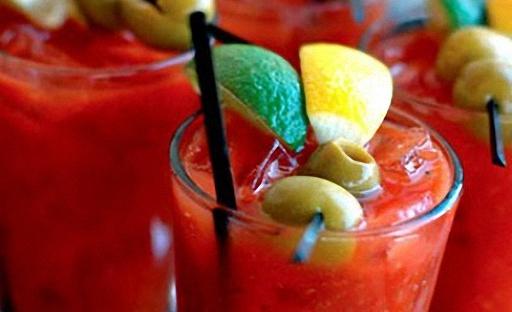 Коктейль Кровавая Мэри с оливками