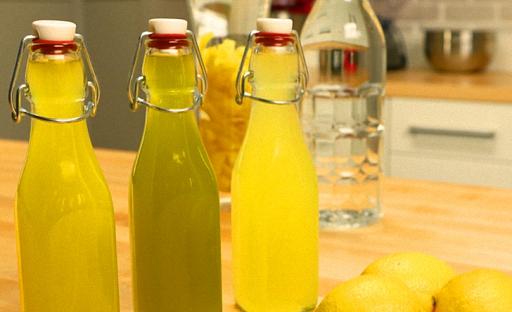 Лимончелло на водке процедить и перелить в бутылки