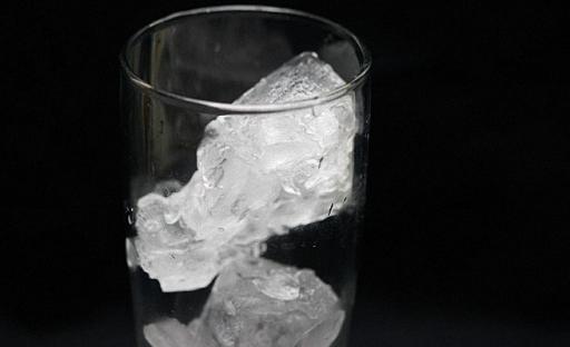 На дно охлажденного бокала положите лед