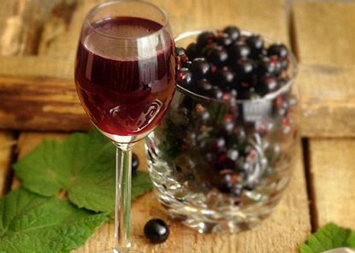 Настойку из черной смородины на спирту процедить
