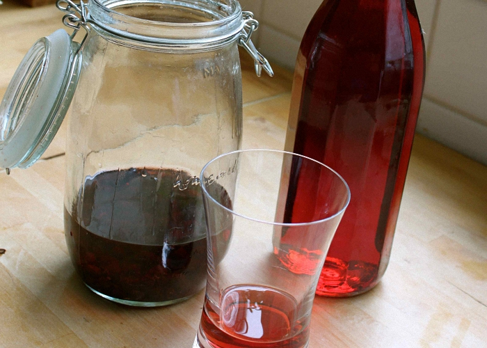 Как сделать настойку на спирту на черной смородине