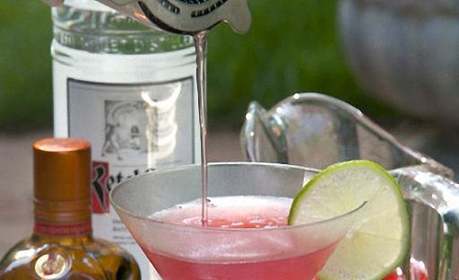 Перелейте напиток через стрейнер в бокал