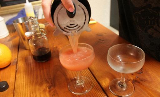 Перелить готовый коктейль в бокал