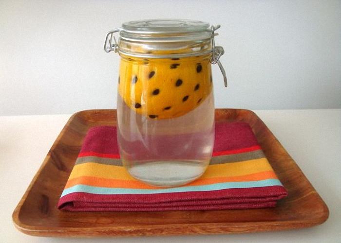 Положить апельсин в банку и залить водкой