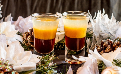 Слоеный коктейль из водки и сливочным ликером