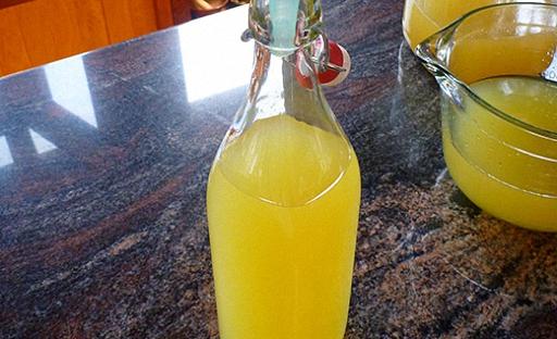 Смешайте сахарный сироп и лимонную настойку