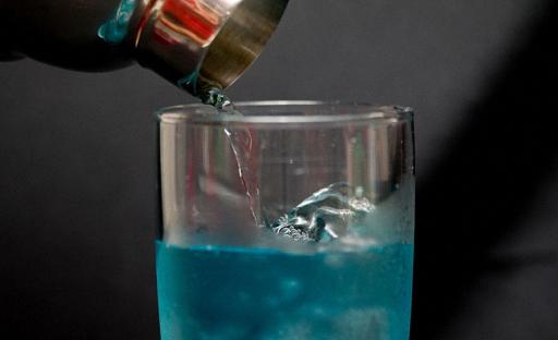 Смешайте все напитки в шейкере и налейте в стакан